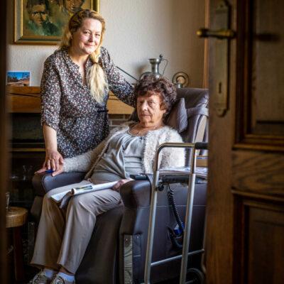 Reportage: 1006849 Datum reportage: 31/03/2021 om 10:30 ----- Details: In de rusthuisreeks Extra info:  Wie of wat: portret van bejaarde dame met inwonende hulp Elena Olaru Godelieve Geraets