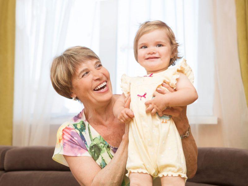 Grootmoeder met kleindochter