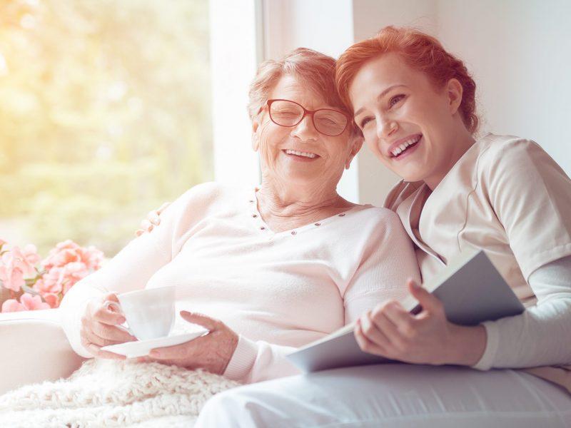 Gelukkige oudere dame met inwonende zorgverlener